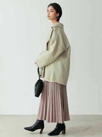 まるで春夏のようなキレイめなカラーが人気の2021年冬。ペールトーンコーデにマッチするグリーンがかったグレーのミドルコートを羽織って、柔らかく女性らしいスタイルに。気持ちも街の風も、パッと軽くなりそうですね。
