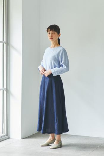 スカートにインしてすっきりと着こなせば、女性らしい印象に。人気のスモーキーブルー×ストライプは、寒色でまとめるのがおすすめです。初夏にちょうどいい涼しげな装いへシフト。