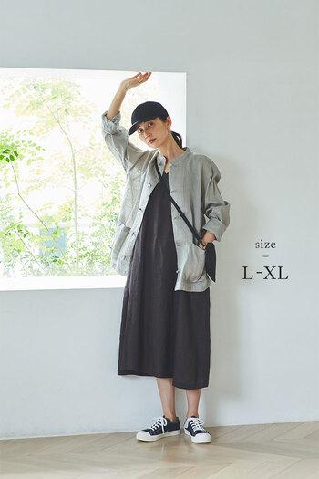一番大きいサイズなら、ビッグシルエットを活かしてジャケットライクに。大きめのポケットが付いたデザインなので、羽織としてもサマになる1枚です。ノースリーブワンピースにゆるりと合わせて、大人カジュアルな着こなしに。