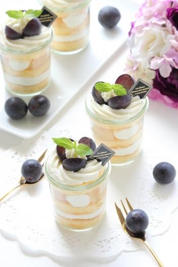 ケーキの盛り合わせでグラスケーキがあると見た目も華やかで食べやすさや、取りやすさもバッチリ。とくに2人ぶん一緒に盛り合わせて出す場合はグラスデザートは重宝します。フルーツで手軽に季節感を演出できるのも魅力的。