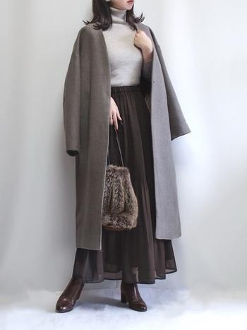 膝よりも下のすね丈コートに、マキシ丈のスカートを合わせて。シックなカラーのコートはコーデに重みが出るので、軽さを感じる素材のスカートを合わせましょう。