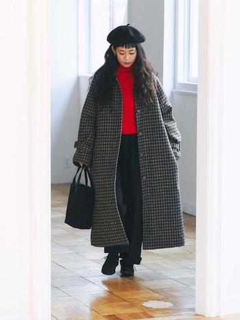 ステンカラーのチェック柄コートは、ロング丈。シックさとカジュアルさを兼ね備えたコートなので、メンズライクな少しゆとりのあるパンツとシューズも相性抜群です。