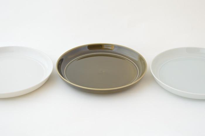 デザインは職人の手を離れ、東京にある「ヨシタ手工業デザイン室」が担当。シンプルデザインで、使い勝手がよく、そしてエコ。三拍子揃った、優秀な食器シリーズです。  実は、使用済み陶磁器を廃棄せずに活かすことは、燃えないごみの削減にも貢献することができます。  陶磁器は捨てる時に「燃えないごみ(埋立ごみ)」に分類されますが、その理由は土に還らないから。1万年の時を経ても分解されません。  その陶磁器の原料のリサイクルを可能にした「TRIP WARE(トリップウェア)」は、ゴミ問題の一つの打開策としても、注目を集めています。