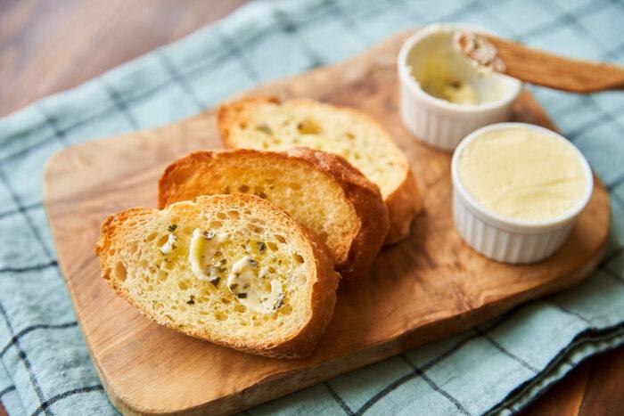 ぜひとも覚えておきたい、生クリームで作るバターのレシピ。 プレーンなバターももちろんですが、お好きなドライハーブをたっぷり入れて作るハーブバターは、パンに塗るだけでもおいしい。 いろいろな料理の味付けや下味にと、使い勝手も良さそう◎