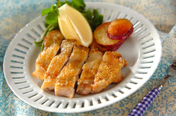 鶏肉は蒸すのも良いですが、皮をカリカリに焼いてもまたおいしいですよね。重しを乗せて焼くことで、カリッとジューシーに仕上がるのだそう。 すっきりシャープなローズマリーの香りが食欲をそそります。
