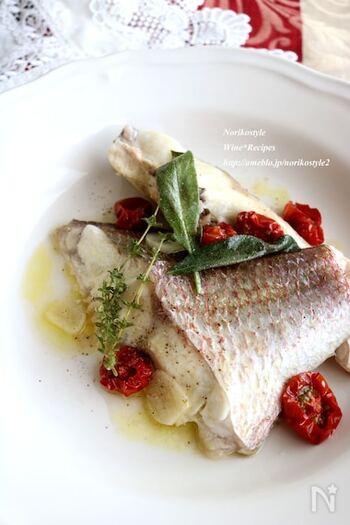 和テイストに偏りがちな煮魚料理も、フレッシュハーブやオリーブオイルで蒸し焼きすれば、おしゃれでおいしい地中海料理風に◎ 真鯛以外のお魚でもアレンジ可能だそうです。