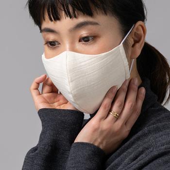 極上の繭を手でほぐして中綿にした希少性の高いマスクです。生地は楊柳(ようりゅう)シボ。ふわふわとした肌触りで、デリケートな肌をやさしく包み込み、乾燥による化粧崩れを防いでくれますよ。シルクは吸湿性、放湿性のバランスが良いため、呼吸がしやすいのもうれしいですね。  ※人気商品につき、次回は秋ごろの入荷予定