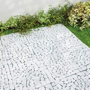 敷くだけで雑草対策でき、おしゃれなお庭を演出してくれる天然石マット。 マットとマットをフックに掛けながらジョイントしていくので、めくれたりずれたりせず安定します。 ハサミでカットできるので、微調整も簡単ですよ。
