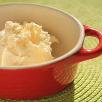 せっかくスコーンがうまく焼けたのでクロテッドクリームも手作りしたいと言う方のおすすめの、生クリームから作るレシピ。濃厚でスコーンによく合うクロテッドクリーム風クリームに仕上がります。