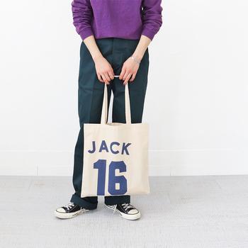 野球チームのユニフォームのようなプリントが表裏に施された、「JACKSON MATISSE(ジャクソンマティス)」のJacksons 16 Tote Bag。肩肘張らないカジュアルなトートは、日常使いに最適です。