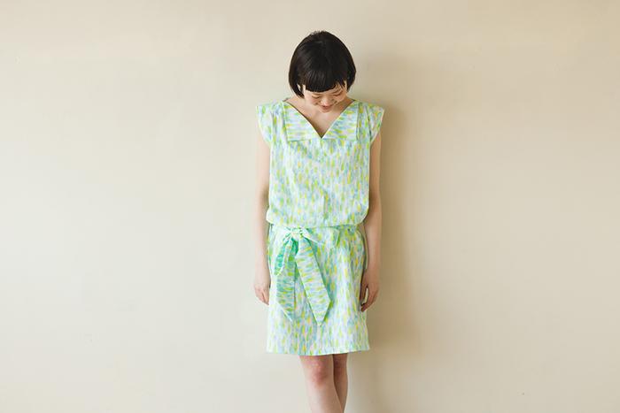 折り紙で作ったような衿がポイントの「折り紙ワンピース」。複雑な作りに見えますが、こちらもまっすぐ縫いだけで作れます。共布で作ったリボンを結んでブラウジングすれば、おしゃれ感アップ。