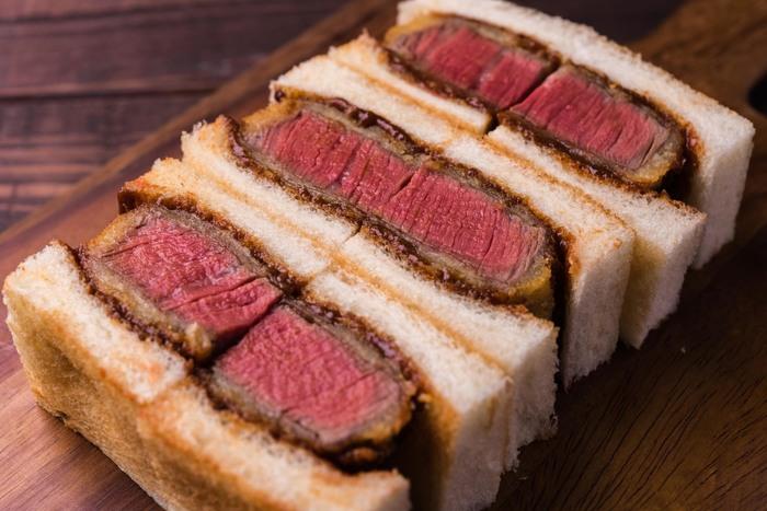 イチオシは「特撰国産牛ヘレカツサンド」!厳選したA3クラスの国産ヘレ牛をミディアムレアに揚げ、自家製のデミグラスソースをたっぷり染み込ませています。お肉の味わいをそのまま楽しめる、見た目にもリッチなサンドイッチ。ちょっと奮発したい時、お肉をガッツリ食べたい時にはぴったりです。