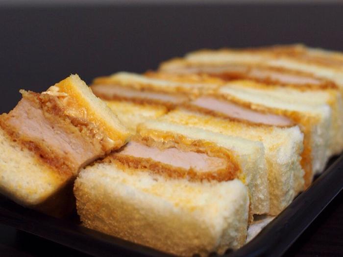 メニューは豚ヘレ、和牛、エビ、ミンチなどをカツにして、揚げたてのまま挟んだカツサンドのみです。特に豚ヘレカツサンドが人気で、カリッと焼かれたパンに、ソースがたっぷりかけられたキャベツ、それにヘレとは思えないほど柔らかいカツが絶妙にマッチ。マヨネーズや辛子がアクセントになって、ボリューミーなのにパクパク食べられます。