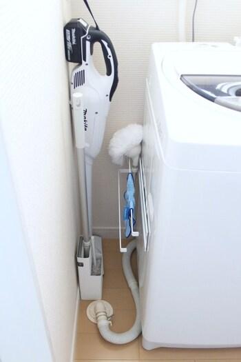 洗濯機のサイドに、スティック掃除機や雑巾などをまとめて収納するアイデア。普段は目につかない場所なので、くつろぎタイムや来客時も気になりませんね。