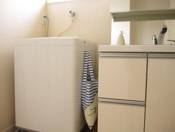 洗濯機横にトートバッグを引っ掛けて、洗濯ネットを収納。洗濯ネットは用途ごとに形状がさまざまなので、大きさを揃えてたたむのも一苦労ですよね。これならポイポイ投げ込めるので、片付けも楽ちんです♪