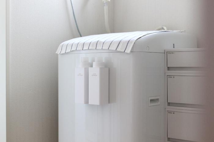収納棚を設置するスペースがないなら、towerのマグネット詰め替え用ランドリーボトルを活用してみてはいかがでしょう。背面にマグネットがついているので、洗濯機にくっつけて浮かせて収納することができますよ。