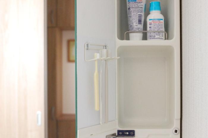 三面鏡の裏側に歯ブラシフックを取り付けた、収納アイデアです。見せたくないときは、扉をクローズに。乾燥させたいときは、写真のように扉を開けておけばOKです!