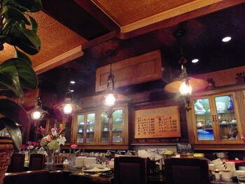 1978年に創業した珈琲館 ロックヴィラ。店内は創業以来のおもむきを残す、純喫茶風のたたずまいです。現在に至るまで地元の人々に愛され続けており、看板メニューの「キムチサンド」は鶴橋の隠れた名物としても知られるようになりました。