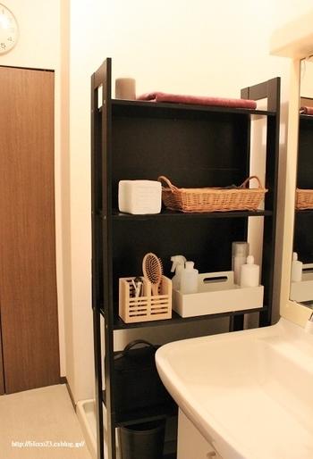 洗面台と壁の間にスペースがあるなら思い切ってシェルフを追加してみてはいかがでしょうか。それだけで、使い勝手がグッとよくなりますよ。シェルフは見せる収納が基本となるので、置くもののテイストを揃えると、きれいに整って見えます。