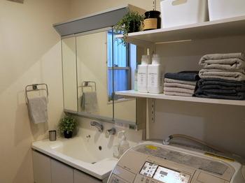 風呂上がりにすぐ手に取れる場所に、バスタオルを置いておくのも良いアイデアです。片手でサッと取れるよう、見せる収納にしていますね。ただ雑然と置くのではなく、タオルの色味を揃えたりグリーンを飾ったりすると、脱衣所全体の雰囲気が良くなります。