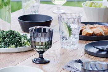 短めのステムで低い重心がアウトドア向けのワイングラスです。高品質の樹脂素材でできているので、ガラスのような高い透明感がありながら、軽くて扱いやすいのが特徴です。こちらもクリアとスモークの2色展開です。スタッキングも可能で、外でのお酒も雰囲気良くおしゃれに楽しめます。