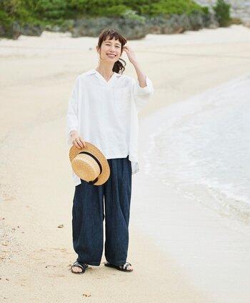 麻100%のやわらかな白シャツ。シルエットは大きめですが、シャツがラフになりすぎるのを上手に防いでいます。ワイドデニムと合わせれば、涼しげな夏の休日コーデに。