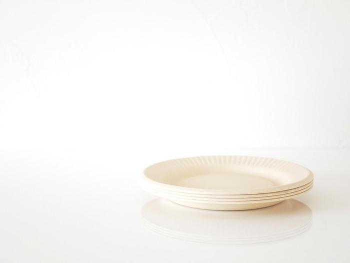 紙皿のように見えますが、バンブーファイバーでできたプレートです。縁のリムやマットな表面の質感がちょっとよそ行きの表情を見せています。オフホワイトの他に、ブラック、アッシュグレー、ピンクの色違いがあります。直径19cmと25cmの2サイズ展開です。