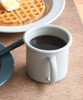 艶やかな質感と丸みのある縁で、ホーローの良さが伝わってくるマグカップです。プレートやボウルと同様にベージュとグリーン、ベージュにグリーンの縁取りの3種類あります。家族で使い分けても良さそうです。360ml入ります。