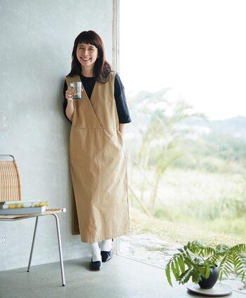 優しい印象のキャメル色ジャンパースカート。その印象をそのままに白のカットソーを合わせたいところですが、それでは無難。あえて黒のカットソーを合わせる事で上物の色やデザインの美しさが際立ちます。