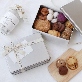 特別な日のティータイムには、かわいいクッキー缶がおすすめです。「どれから食べよう?」なんて、思わず笑顔になれますね。伝統的なレシピで作られたクッキーは、厳選された材料を使って、シンプルに作られています。