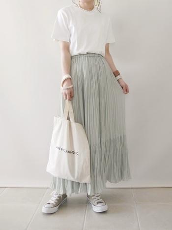 綺麗なデザインが魅力のプリーツティアードスカート。まるでドレスのようなこのスカートには、清らかな白のカットソーをインするのがお似合い。清楚なイメージを邪魔しません。スニーカーで抜け感を出して。