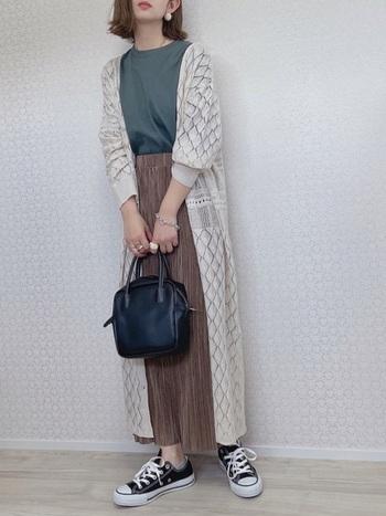 綺麗なプリーツスカートにインしたグリーンのカットソー。これだけだとこっくり落ち着いた組み合わせですが、繊細な編み模様のロングカーディガンを羽織ればしっとり品のあるコーデに大変身。スニーカーで抜け感を出して。