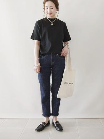 濃い色のデニムパンツに黒のカットソーをイン。全体的にはダークカラーですが、デニムであれば重くなりません。カジュアルだけどきっちりとした印象を与える黒は、色の対比で肌を白く見せてくれる嬉しい効果も。