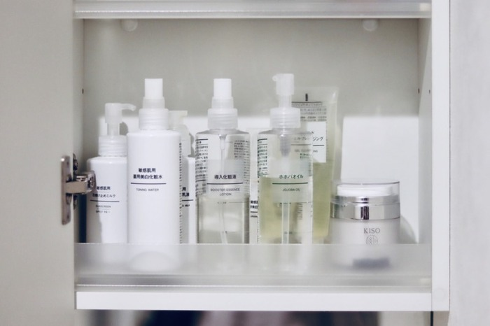 歯磨きセットのほかに、クレンジングや洗顔セットを洗面所に設置しておくのも便利でおすすめ!一緒に化粧水類を置いておけば、洗顔後やお風呂上がりにすぐ保湿できるので美容にも嬉しいですね。