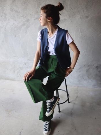 白のカットソーにベストをさらりと羽織るだけで、まるで全く別のアイテムに生まれ変わったよう。鮮やかなグリーンのパンツと合わせるセンスはおしゃれ上級者。