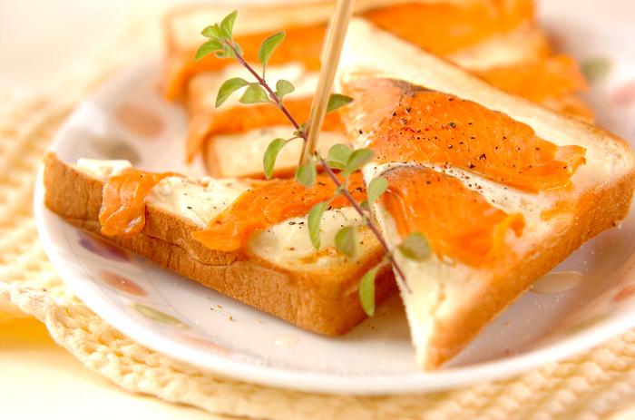 パンにサワークリームを塗り、スモークサーモンをのせて焼きます。色合いも鮮やか。スモークサーモンは、クリーム系の味と相性抜群です。朝食はもちろん、ランチやディナーに添えるのもよさそう。