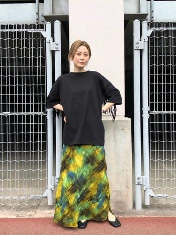 鮮やかなペイント柄のマキシスカートを引き立てるように合わせた、黒のオーバーサイズカットソー。使っている色が多数あるので合う色は比較的多いのですが、その中でも黒がダントツで色をハッキリと綺麗に見せてくれます。