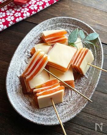 スモークサーモンとスライスチーズ、材料は2つのみ。交互に重ねて、切るだけです。色のコントラストも抜群。おしゃれで素敵なおつまみになりますね。