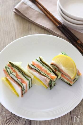 白菜やスモークサーモンを重ねて重しをのせ、ミルフィーユ仕立てに。醤油など和テイストのさっぱり系おつまみとして、日本酒にもワインにも合いそう。おかずとしてもいいですね。