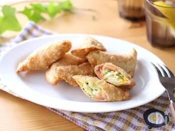 スモークサーモンと味噌が意外な相性のよさを発揮したレシピです。餃子の皮を使ったサモサなので、おつまみにするとちょうど食べやすい大きさとボリューム感。卵やブロッコリーなど具だくさんで栄養もたっぷりです。