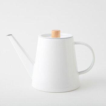 琺瑯のケトルは、まろやかで口当たりのよいお湯を沸かすことができるのが特徴です。電気ケトルよりもやや時間はかかりますが、コーヒーを淹れる時間をゆっくり楽しみたい方にもぴったり!湯切れのよい注ぎ口でドリップのしやすさも◎