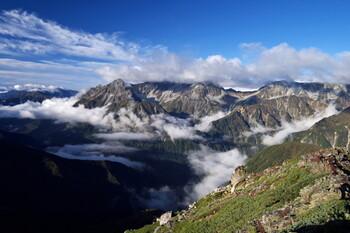 この作品は、主人公が山を歩いた数日間を各章に分け、彼女の数年を追った構成になっています。山の魅力はもちろん、人生における出会いや別れにも共感できる場面がたくさん!爽やかな山の空気を感じられる作品です。