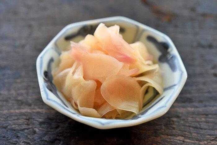 新生姜のおすすめレシピで一番なのはこの「甘酢漬け」です。お寿司屋さんで「ガリ」と呼ばれている物ですが、刻んでご飯に混ぜたり添え物にできます。昆布出汁を使った本格レシピがこちらです。