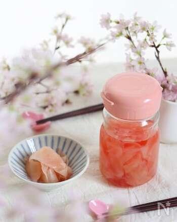 市販の紅生姜は着色した物ですが、こちらは新生姜由来の自然な桜色になっています。色が出やすいレシピをお探しなら、こちらがおすすめです。
