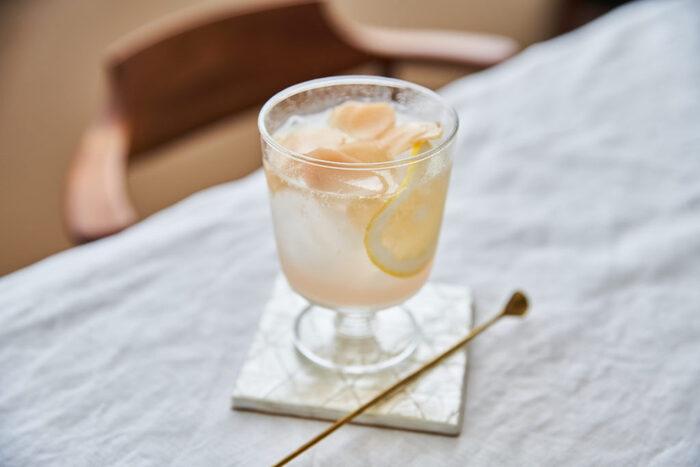 暑い時期に冷たい水や炭酸で割ったり、お湯で割ってホットでもおいしく飲める生姜シロップですが、こちらは新生姜ならではの淡い色や爽やかな香りを生かしたシンプルな作り方です。