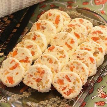 クリームチーズ・スモークサーモン・くるみを棒状にしてスライス。サラミのような形のおしゃれな絶品おつまみです。クラッカーやバゲットにのせて食べるのもおすすめ。くるみの食感もいい感じ。