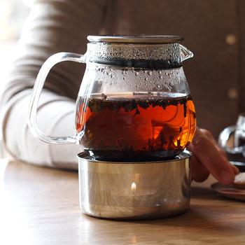 ティーバッグではなくポットを使い、茶葉を自由にジャンピングさせてあげましょう。ポットを使うことで、紅茶のおいしさを最大限に引き出すことができます。あらかじめ豊かな風味の紅茶を抽出しておくことが、おいしいアイスティーを作るコツです。