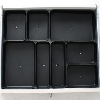 セリアのキッチンオーガナイザーを使ってキッチンカウンターの引き出し内を仕切るアイデア。真っ黒のオーガナイザーが、収納したアイテムを見やすくしてくれます。XS~Lとサイズ展開が豊富なので引き出しの大きさにあわせやすく◎こちらは、S・M・Lのサイズを組み合わせています。