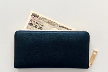 食費を把握して今月の予算を決めたら、食費専用のお財布を用意しましょう。交際費などと一緒にひとつのお財布にまとめてしまうと、どれが食費なのか分からなくなってしまったり足りなくなったときに「今だけ少しお小遣いの方から‥」と使ってしまったりしてしまいがちです。