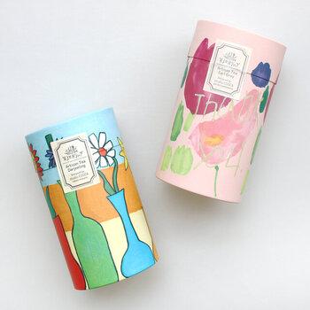 カラフルなパッケージがかわいいアールグレイとダージリン。ちょっとした贈り物にもぴったりな、本格的な味わいの茶葉です。